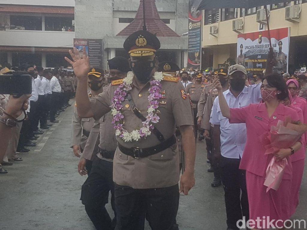 Momen Haru Komjen Paulus Tinggalkan Polda Papua, Titip Salam ke Tokoh Adat