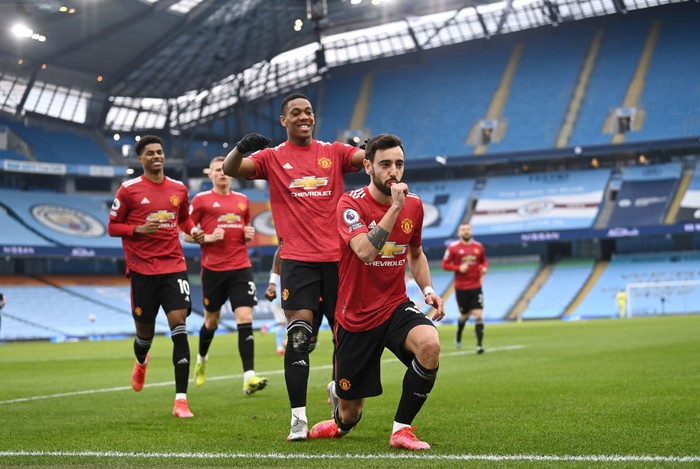 MANCHESTER, ENGLAND - MARCH 07: Bruno Fernandes of Manchester United celebrates scoring the first goal from a penalty during the Premier League match between Manchester City and Manchester United at Etihad Stadium on March 07, 2021 in Manchester, England. Sporting stadiums around the UK remain under strict restrictions due to the Coronavirus Pandemic as Government social distancing laws prohibit fans inside venues resulting in games being played behind closed doors. (Photo by Laurence Griffiths/Getty Images)