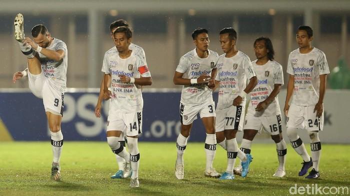 Timnas Indonesia berhasil tundukkan Bali United di laga uji coba Minggu (7/3) malam kemarin. Skuad Garuda memetik kemenangan 3-1 atas Laskar Serdadu Tridatu.