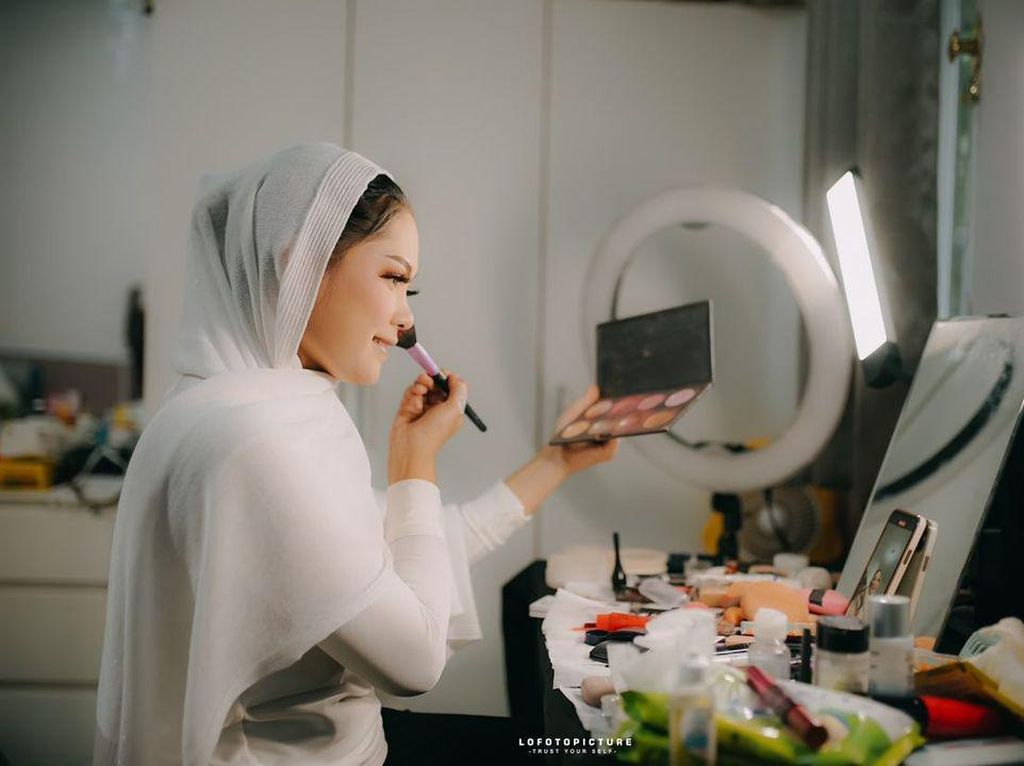 Makeup Artist Viral Dandan Sendiri di Hari Pernikahan, Hasilnya Bikin Takjub