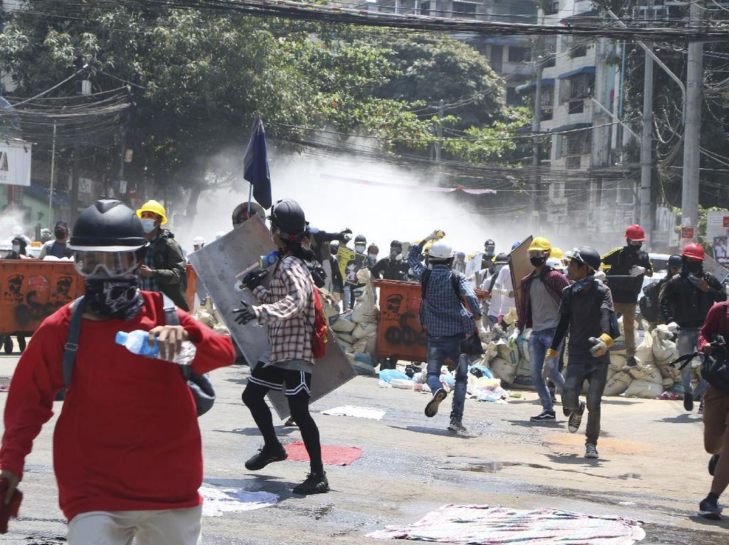 Militer Myanmar Suruh Polisi Tembak Mati Demonstran, Tato Suu Kyi Laris