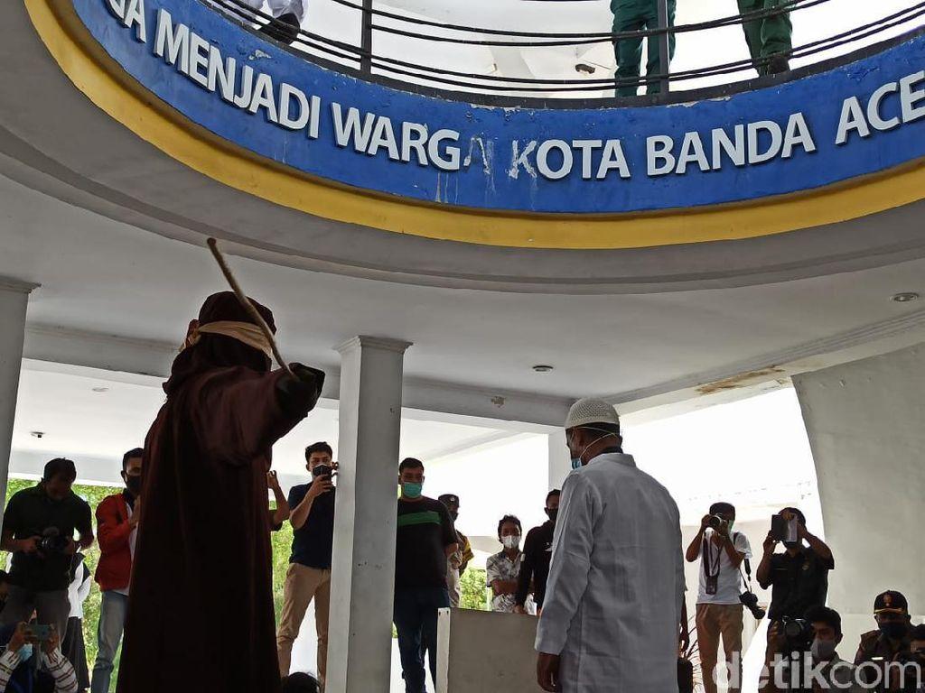 PNS di Aceh Ditangkap Mesum di Mobil Goyang Dicambuk 18 Kali