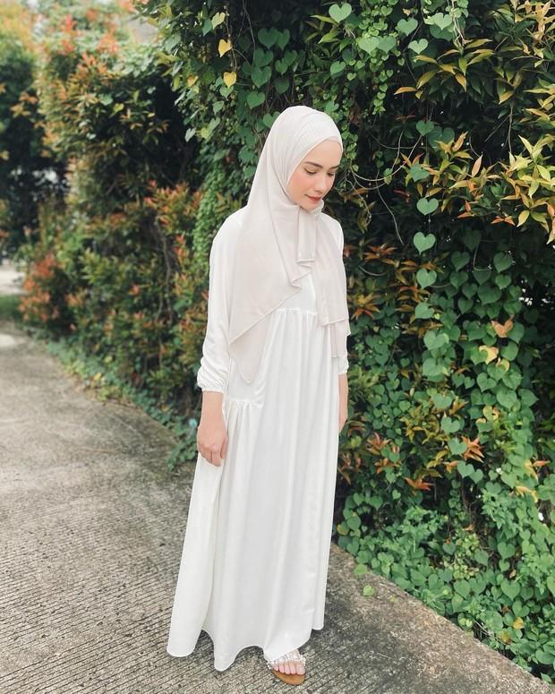 Aisha White Dress yang simple dan menggemaskan ini bisa diadopsi dengan harga nggak lebih dari Rp. 200.000.