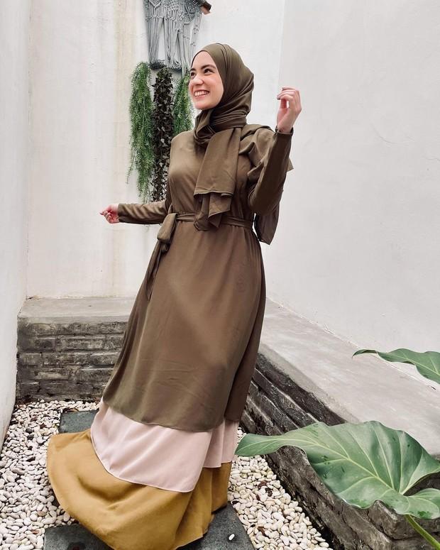 Aisha Series berwarna olive ini cocok banget untuk dipakai agar tampil lebih cantik dan bercahaya tanpa perlu harga jutaan rupiah.