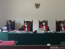 Hakim Tolak Eksepsi Legislator PDIP Labusel Pencabut Kuku Warga
