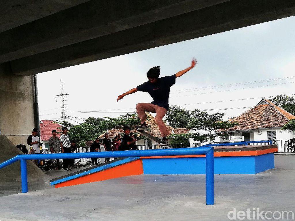 Antusias Anak Muda Solo Main Skateboard di Kolong Flyover Purwosari