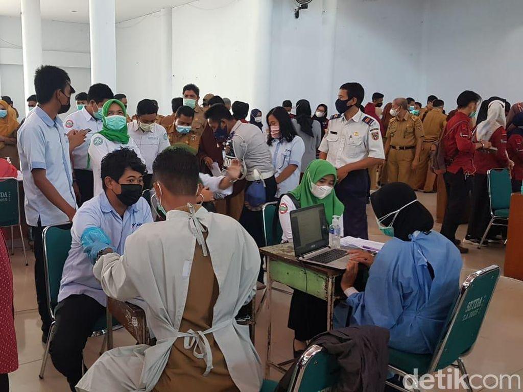 Vaksinasi Pelayan Publik di Polman Sulbar, Peserta Banyak Langgar Prokes