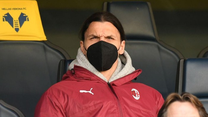 VERONA, ITALY - MARCH 07: Zlatan Ibrahimovic of AC Milan looks on during the Serie A match between Hellas Verona FC  and AC Milan at Stadio Marcantonio Bentegodi on March 07, 2021 in Verona, Italy. (Photo by Alessandro Sabattini/Getty Images)