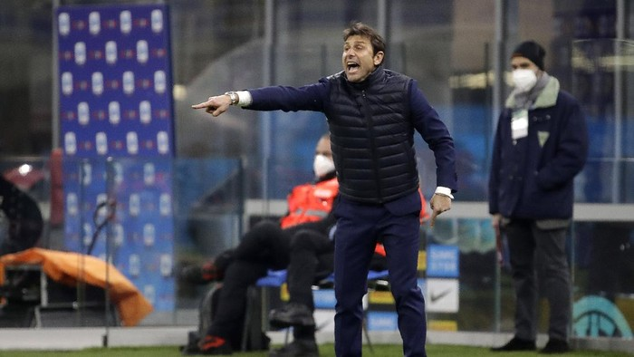 Inter Milans head coach Antonio Conte gives instructions to his players during a Serie A soccer match between Inter Milan and Atalanta at the San Siro stadium in Milan, Italy, Monday, March 8, 2021. (AP Photo/Luca Bruno)