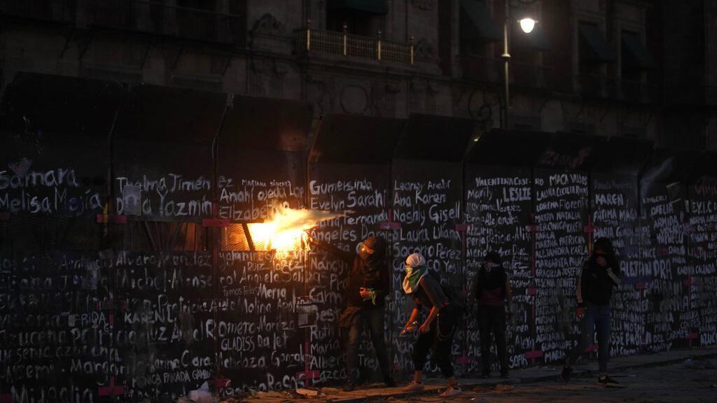 Demo Peringatan Hari Perempuan Bentrok di Meksiko