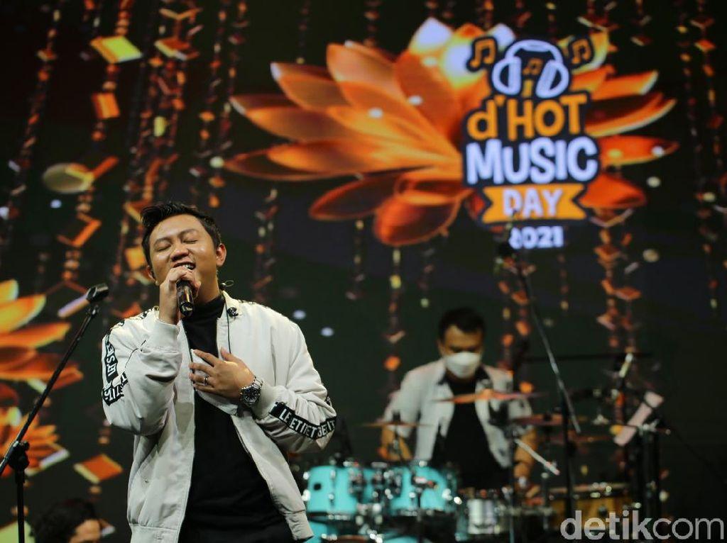 Ngejogetin Patah Hati bareng Denny Caknan di dHot Music Day