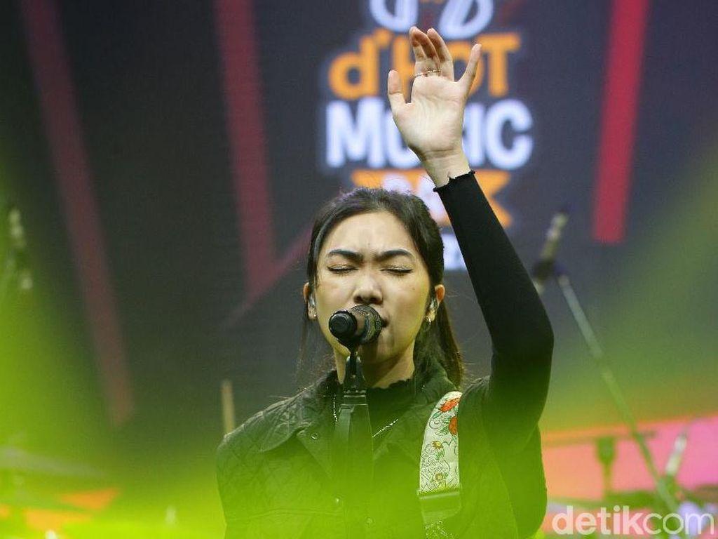 Isyana Lepas Kangen di dHOT Music Day 2021