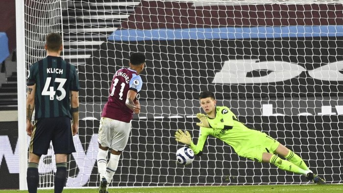 West Hams Jesse Lingard, center, scores his sides opening goal during the English Premier League soccer match between West Ham United and Leeds United at the London Stadium in London, England, Monday, March 8, 2021. (Andy Rain/Pool Photo via AP)