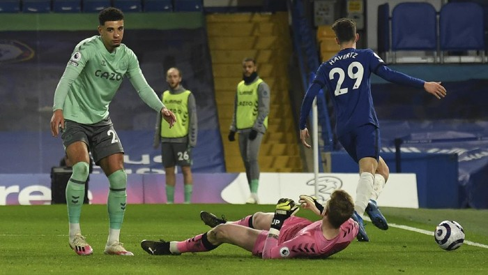 Evertons Ben Godfrey, left, reacts after scoring an own goal during the English Premier League soccer match between Chelsea and Everton at the Stamford Bridge stadium in London, Monday, March 8, 2021. (Glyn Kirk/Pool via AP)