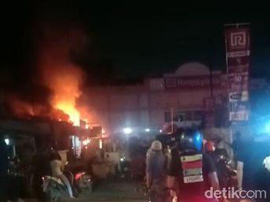 11 Kios Depan Ramayana Bungurasih Ludes Terbakar Akibat Korsleting Listrik