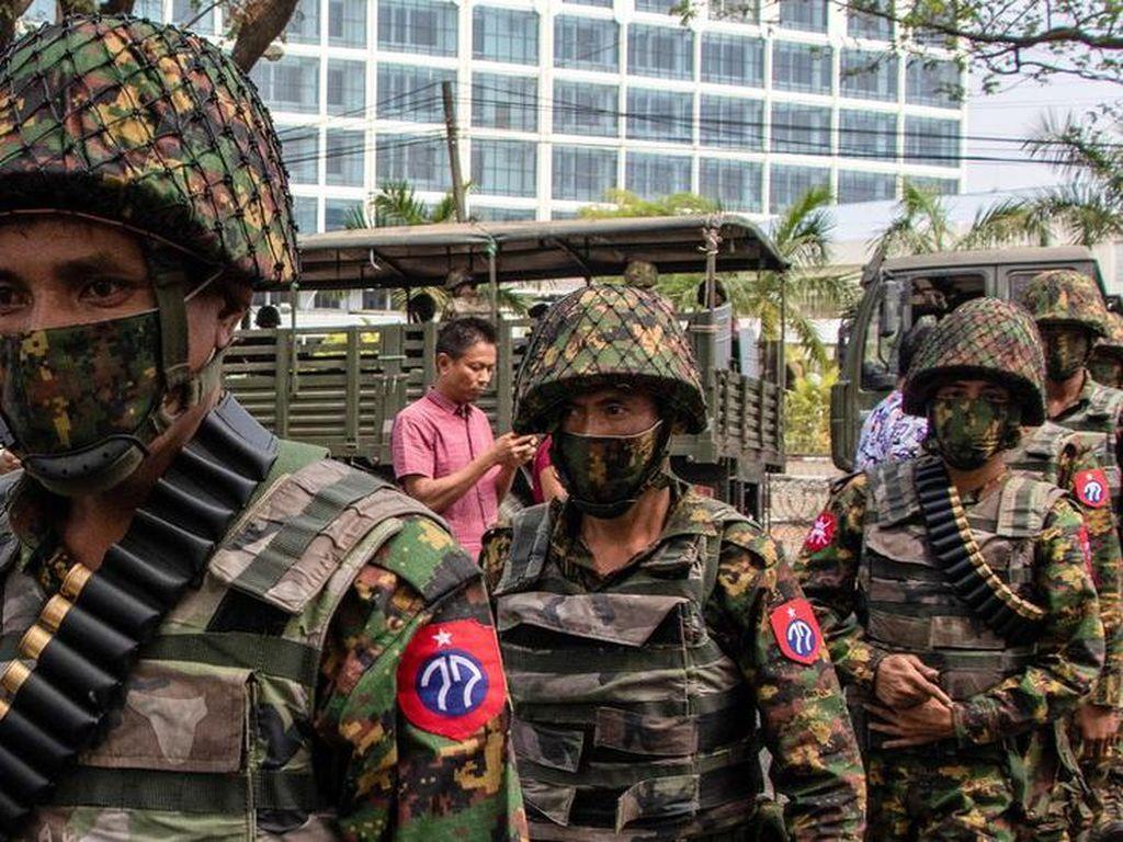 Aparat Myanmar Gerebek Kompleks Pekerja Kereta Api yang Mogok