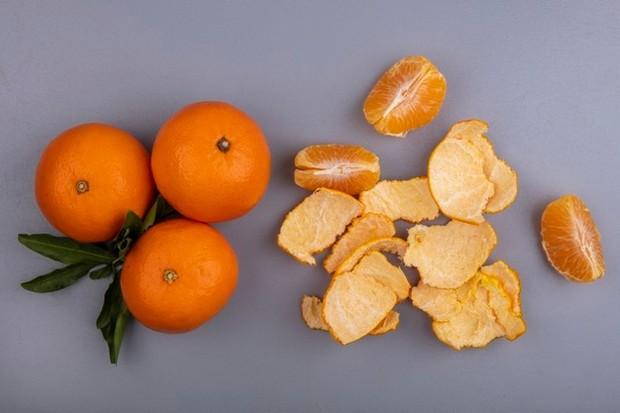 Kulit jeruk dapat membantu menghilangkan daki.