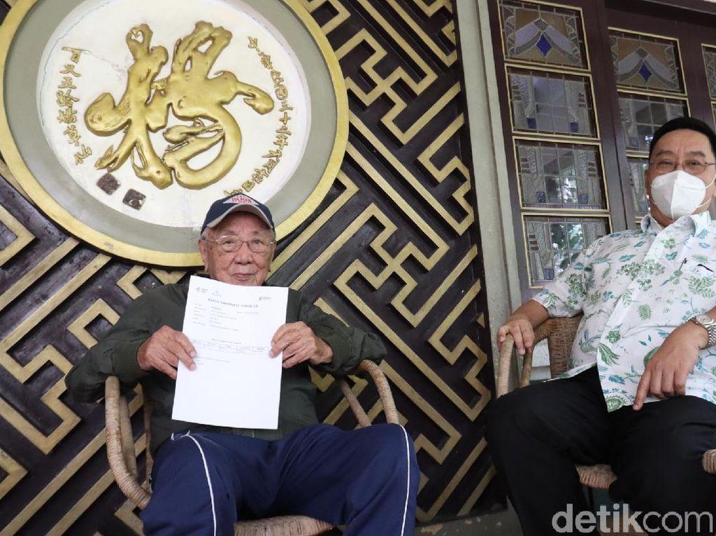 Juni 100 Tahun, Eddy Kalahkan Siti Rumende Sebagai Penerima Vaksin Tertua