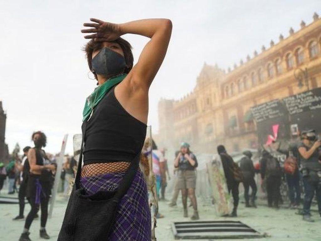 Polisi Meksiko Bentrok dengan Ibu-ibu di Hari Perempuan Internasional