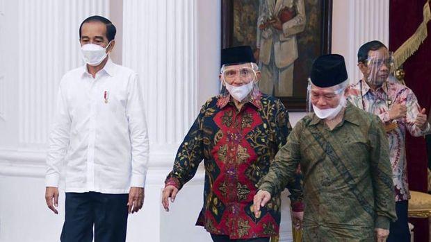 Presiden Jokowi melakukan pertemuan dengan Amien Rais dkk membahas penyelesaian kasus laskar FPI.