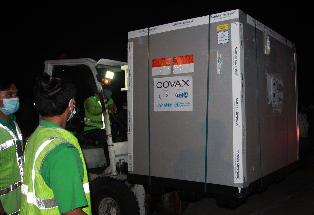 Pekerja kargo memasukan kontainer berisi vaksin COVID-19 AstraZeneca ke atas truk setibanya di Bandara Internasional Soekarno Hatta, Tangerang, Banten, Senin (8/3/2021). Sebanyak 1.113.600 vaksin virus corona (COVID-19) jadi asal perusahaan farmasi InggrisAstraZenecatiba di Indonesia melalui skema kerja sama multilateral Aliansi Global untuk Vaksin dan Imunisasi (GAVI) COVAX Facility yang selanjutkan akan diproses di Bio Farma, Kota Bandung. ANTARA FOTO/Muhammad Iqbal/wsj.