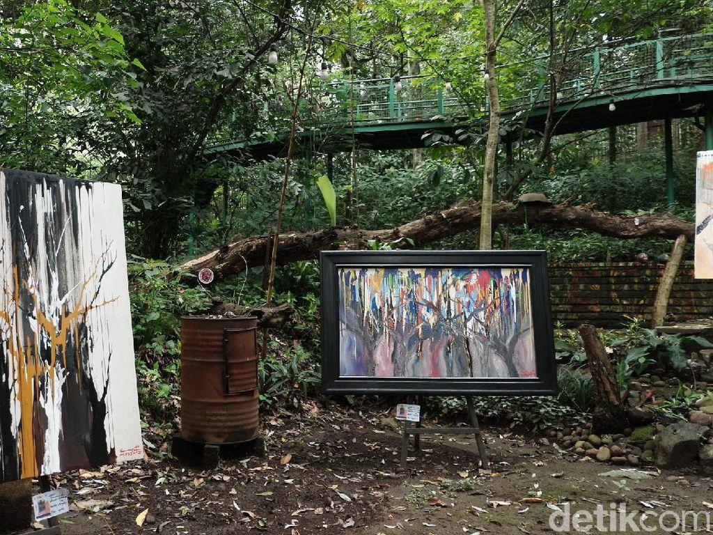 Foto: Menyatu dengan Alam, Pameran Lukisan di Tengah Hutan
