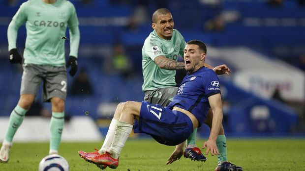 Soccer Football - Premier League - Chelsea v Everton - Stamford Bridge, London, Britain - March 8, 2021 Chelsea's Mateo Kovacic in action with Everton's Allan Pool via REUTERS/John Sibley EDITORIAL USE ONLY. No use with unauthorized audio, video, data, fixture lists, club/league logos or 'live' services. Online in-match use limited to 75 images, no video emulation. No use in betting, games or single club /league/player publications.  Please contact your account representative for further details.