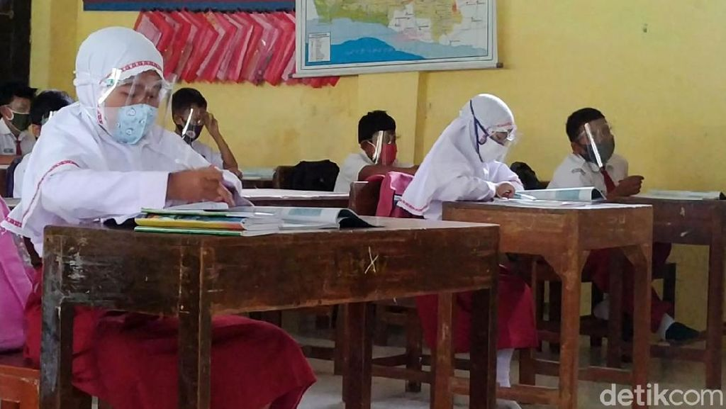 Suasana Hari Pertama Sekolah Tatap Muka di Batang