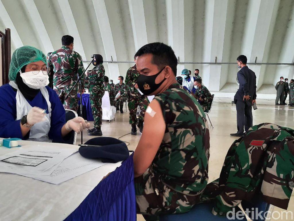 Momen Ribuan Prajurit TNI AU di Lanud Halim Divaksin Covid-19