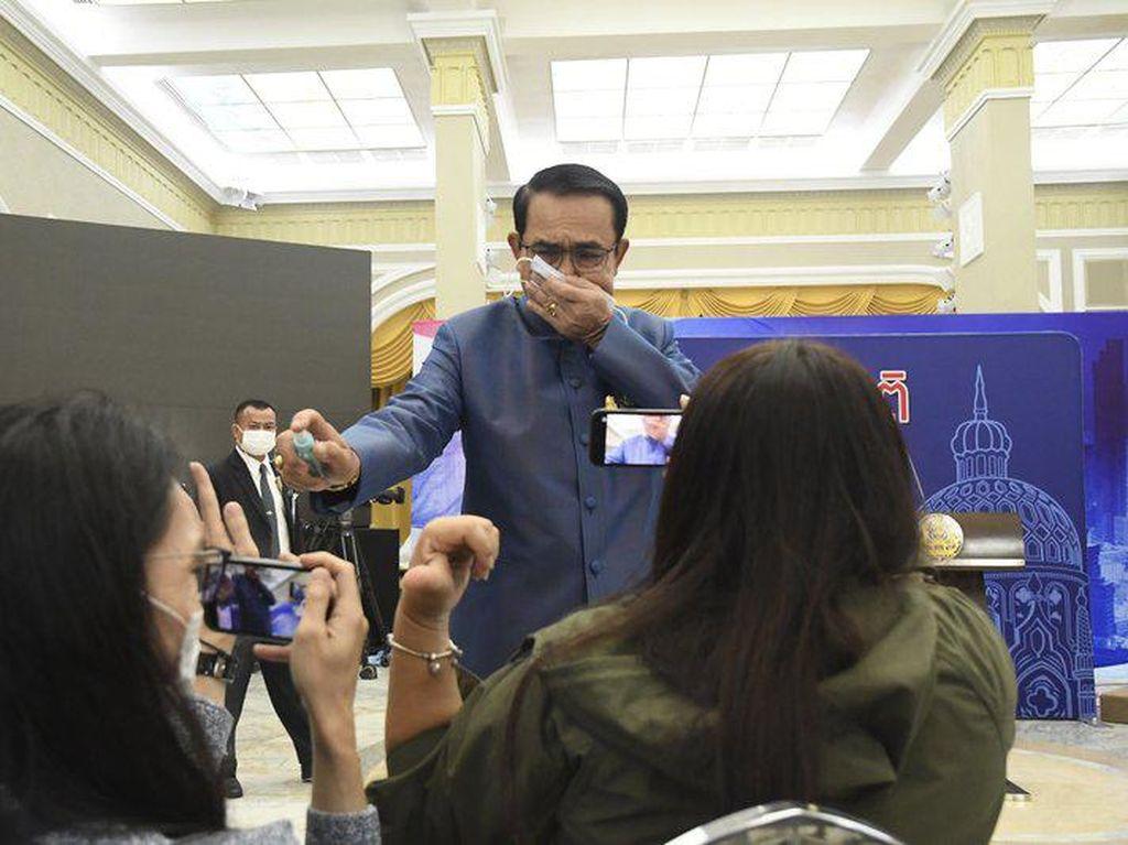 Duh, PM Thailand Semprot Disinfektan ke Wartawan