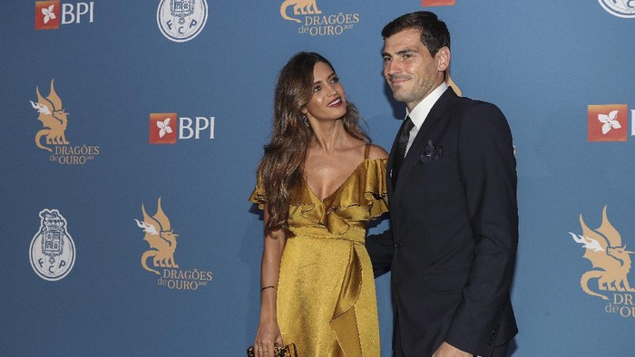 PORTO, PORTUGAL - OCTOBER 25: Sara Carbonero (L) and FC Portos goalkeeper Iker Casillas from Spain attends FC Porto Gala Dragoes de Ouro 2016 - 2017 at Dragao Caixa on October 25, 2017 in Porto, Portugal. (Photo by Carlos Rodrigues/Getty Images)