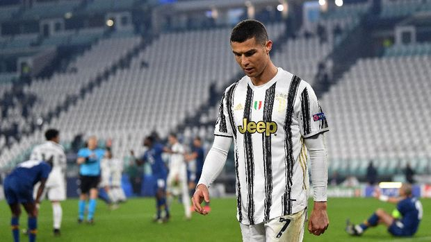 TURIN, ITALY - MARCH 09: Cristiano Ronaldo of Juventus looks dejected during the UEFA Champions League Round of 16 match between Juventus and FC Porto at Juventus Arena on March 09, 2021 in Turin, Italy. Sporting stadiums around Italy remain under strict restrictions due to the Coronavirus Pandemic as Government social distancing laws prohibit fans inside venues resulting in games being played behind closed doors. (Photo by Valerio Pennicino/Getty Images)