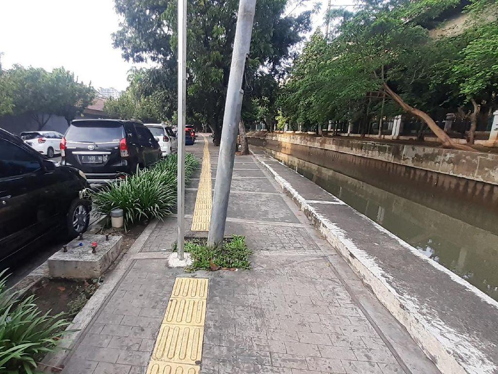 Tolong! Guiding Block Tunanetra Nabrak Tiang di Jl Veteran I Jakpus
