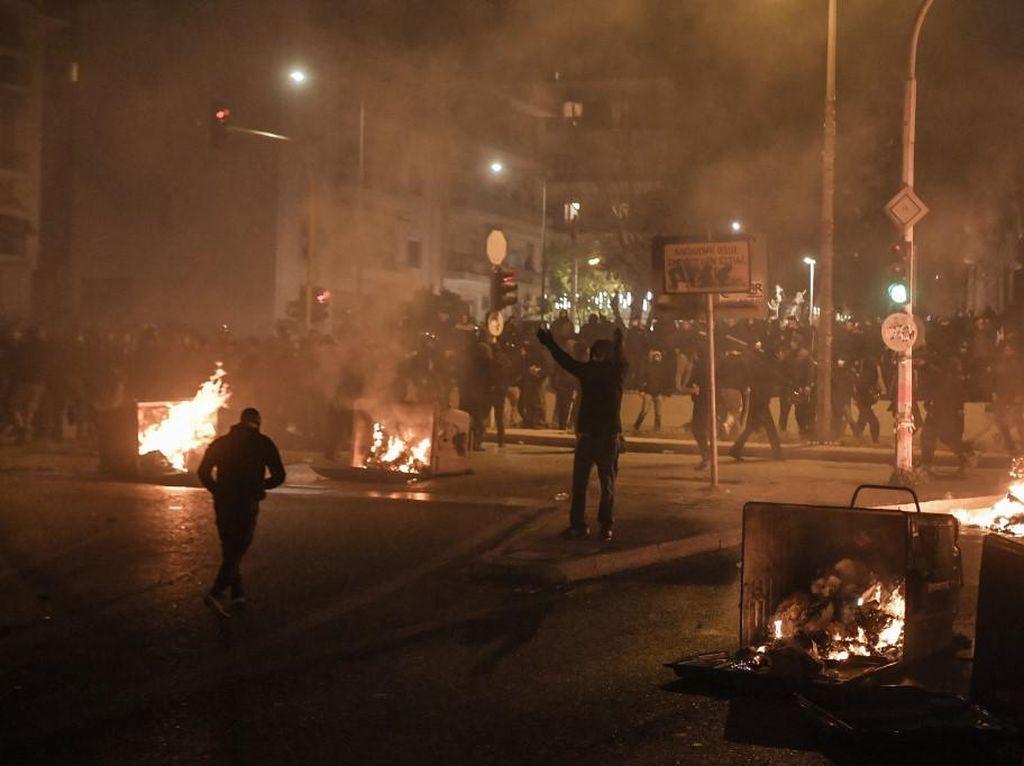 Demo Berujung Bentrokan Terjadi di Yunani, Polisi Alami Luka-luka