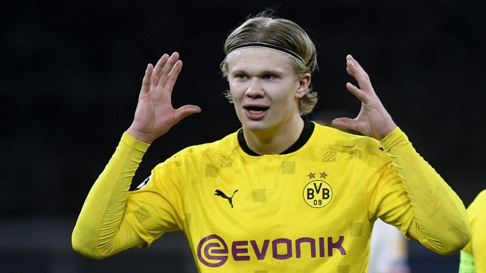 Dortmunds Erling Haaland celebrates after scoring his sides first goal during the Champions League, round of 16, second leg soccer match between Borussia Dortmund and Sevilla FC in Dortmund, Germany, Tuesday, March 9, 2021. (Bernd Thissen/Pool via AP)