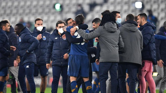 TURIN, ITALY - MARCH 09: Sergio Oliveira of Porto celebrates victory with Sergio Conceicao, Head Coach of Porto after the UEFA Champions League Round of 16 match between Juventus and FC Porto at Juventus Arena on March 09, 2021 in Turin, Italy. Sporting stadiums around Italy remain under strict restrictions due to the Coronavirus Pandemic as Government social distancing laws prohibit fans inside venues resulting in games being played behind closed doors. (Photo by Valerio Pennicino/Getty Images)