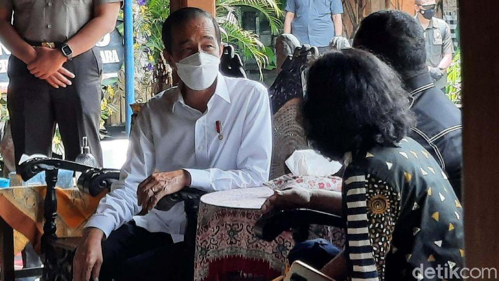 Jokowi Melayat Ibunda Hasto Kristiyanto