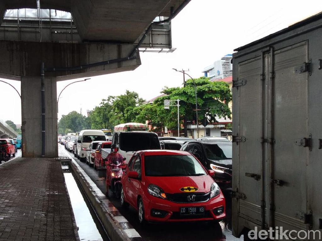 Sejumlah Jalan Protokol di Makassar Banjir, Lalu Lintas Macet Parah!