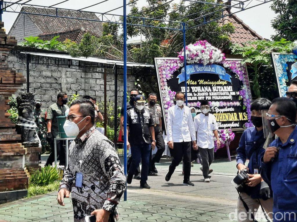 Jokowi Melayat ke Rumah Duka Ibunda Sekjen PDIP di Yogya