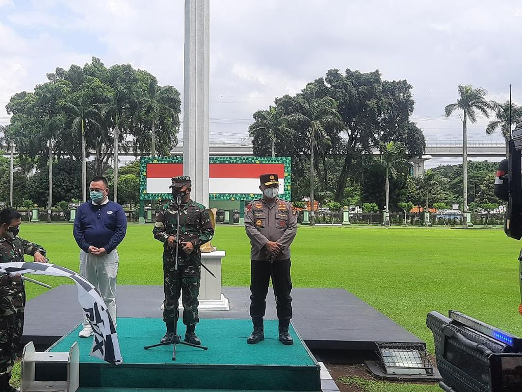 Perayaan Imlek, TNI-Polri-Pengusaha Bagi Sembako ke Warga Terdampak COVID
