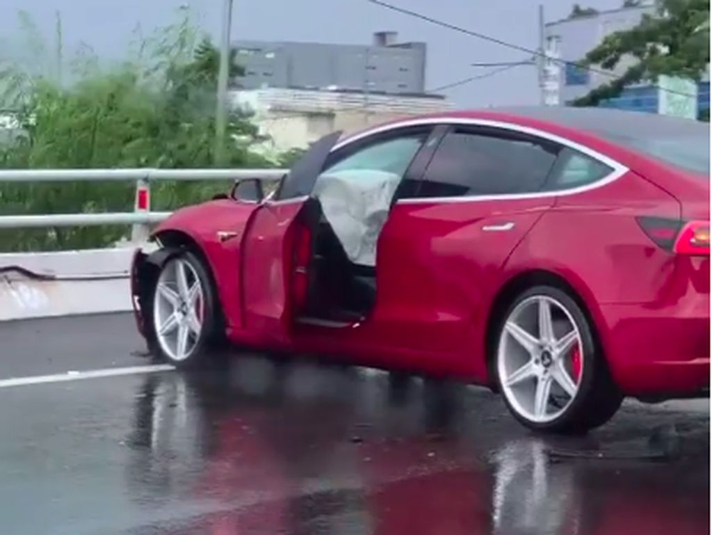 Tesla Ringsek karena Kecelakaan, Awas Bahaya Aquaplaning