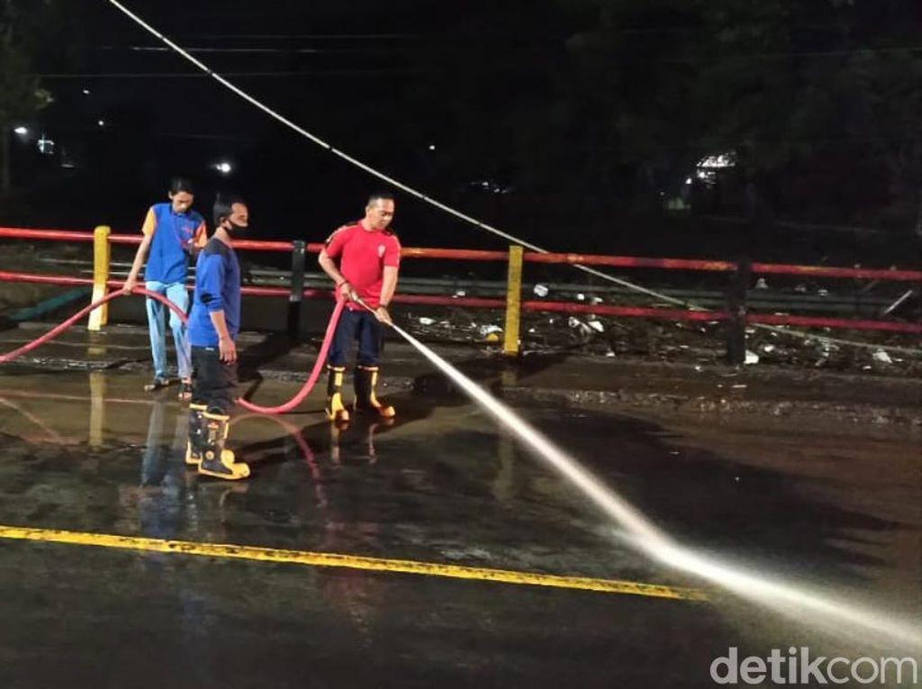 Banjir Pantura Kota Pasuruan Surut, Petugas Bersihkan Lumpur Tersisa