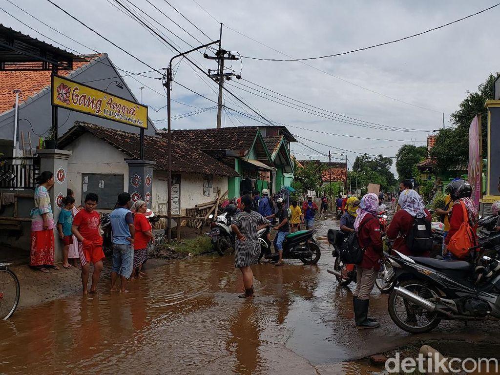 Petugas Gabungan Bantu Warga Bersihkan Material Banjir Probolinggo