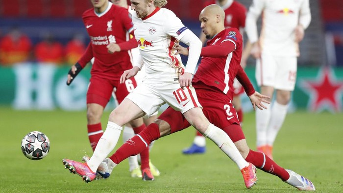 Leipzigs Emil Forsberg, center left, is challenged by Liverpools Fabinho during the Champions League round of 16 second leg soccer match between Liverpool and RB Leipzig at the Puskas Arena stadium in Budapest, Hungary, Wednesday, March 10, 2021. (AP Photo/Laszlo Balogh)