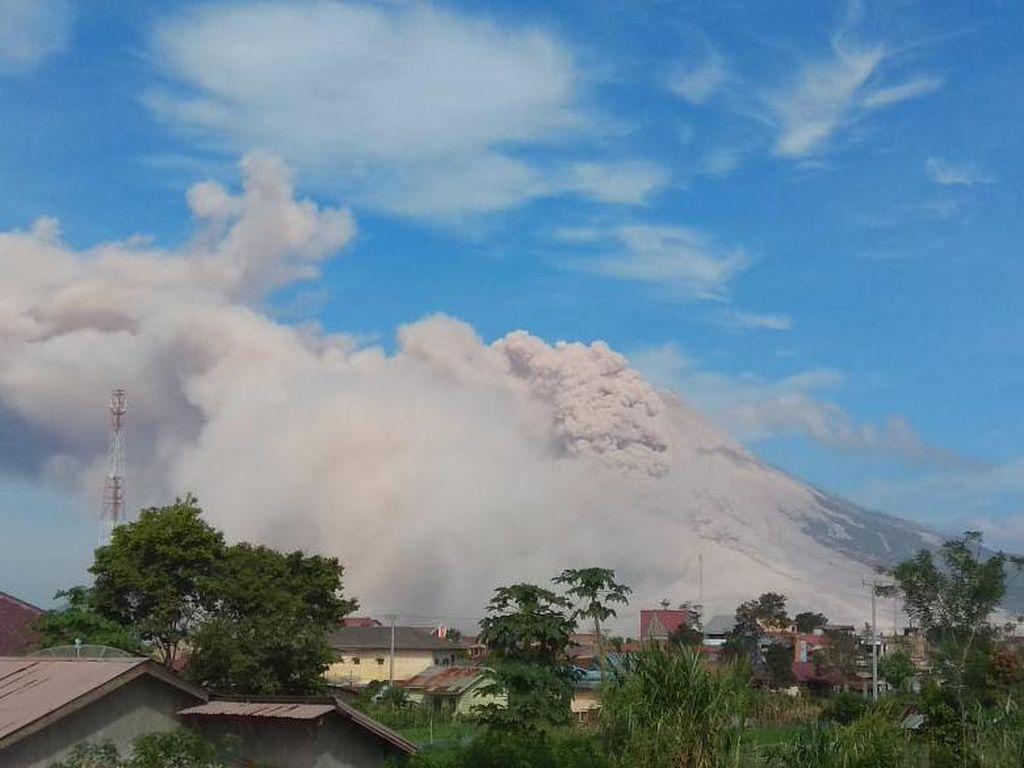 Gunung Sinabung Kembali Erupsi, Luncurkan Dua Awan Panas hingga Siang Ini