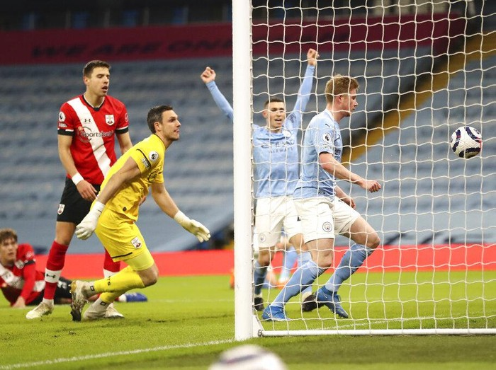Manchester Citys Kevin De Bruyne, right, scores his sides opening goal during the English Premier League soccer match between Manchester City and Southampton at the Etihad Stadium in Manchester, England, Wednesday, March 10, 2021. (Martin Rickett/Pool via AP)