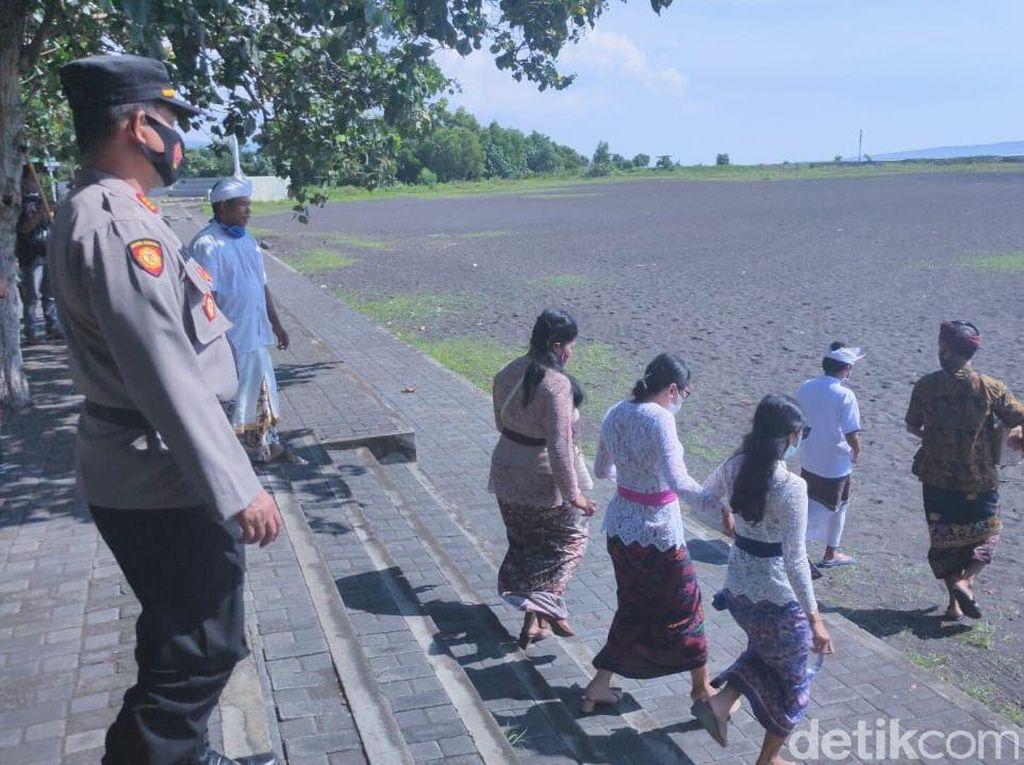 Melasti di Banyuwangi Saat Pandemi Hanya Diikuti 30 Orang