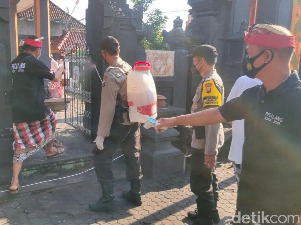 Polisi Lakukan Penyemprotan Disinfektan di Pura Banyuwangi Jelang Nyepi