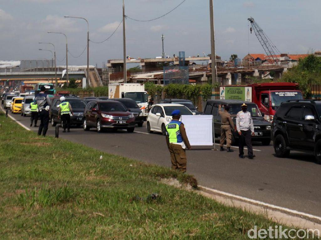 Polresta Bandung Lakukan Penyekatan Kendaraan di Tol Cileunyi