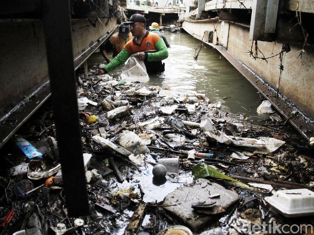 Sampah Sisa Banjir di Kali Mampang Dibersihkan